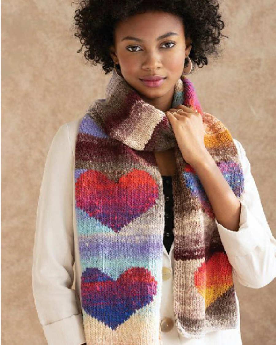 """Der Schal mit Herzen """"Love Noro"""" vom NORO Design Team wurde inspiriert vom dem Muster aus der Herzdecke. Hier im Original ist er aus der Noro Kureyon #425 und #102 gestrickt. - Noromaniac"""