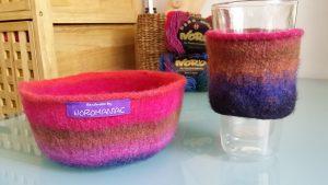 Reine Wolle kann man gut filzen. Hier eine Schale und ein Glashalter in Braun, Blau und Rot-Pink-Tönen. Foto: Katrin Walter - Noromaniac