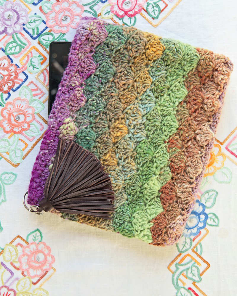 """Gehäkelts Etui von Nicki Trench in gedämpften Farben. Es nennt sich """"Devine Device Cover"""" als Geldbörse oder eben für dein Smartphone. - Noromaniac"""