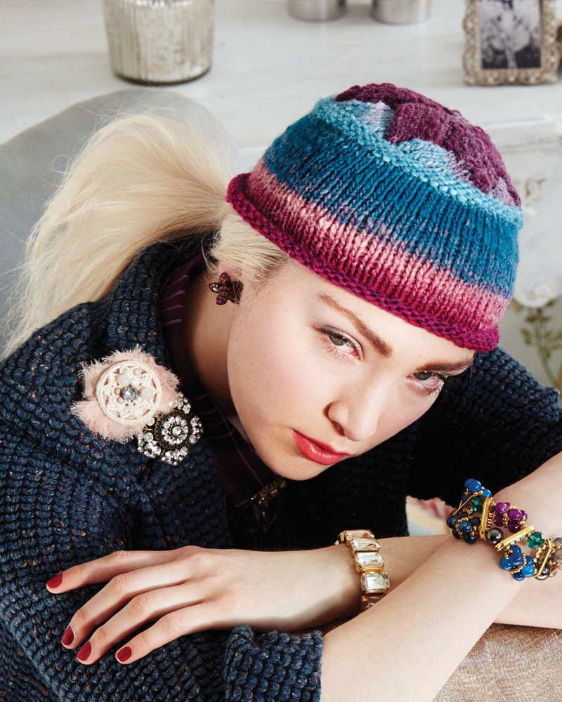Ein getsrickte Kappe in Weinrot, Türkis und Weiß, die Entrelac Watch Cap von Rosemary Drysdale aus der Farbe #170 - Noromaniac
