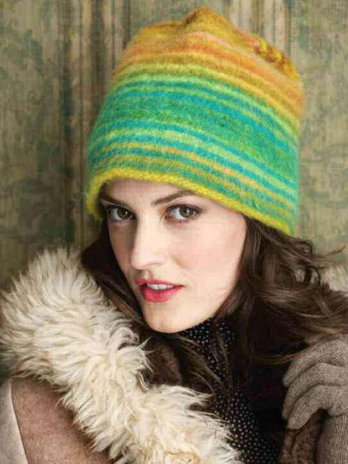 """Kappe in Grün- und Gelbtönen aus der Farbe #270. Das Design der """"Felted Cloche"""" ist von Tina Whitmore. Die Mütze ist erst gestrickt und dann gefilzt. - Noromaniac"""