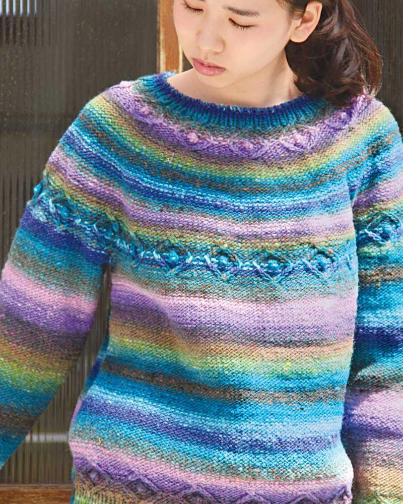 Rundpassen-Pullover kraus rechts mit dezentem Muster in Türlis und Lila-Tönen. Cable Yoked Pullover Farbnummer #418 - Noromaniac
