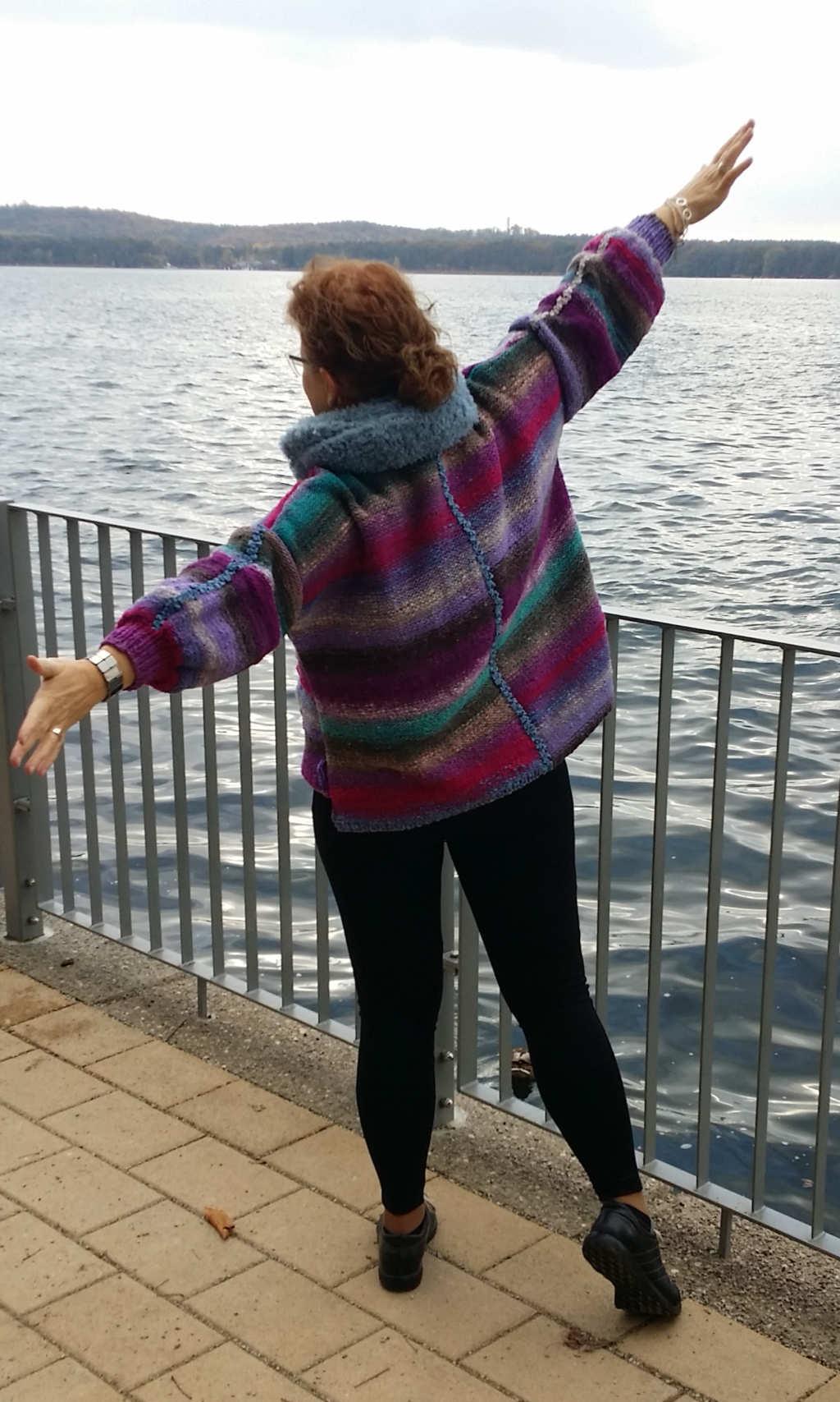 Katrin Walter aka Noromaniac happz mit ihrem Columna-Pulli aus Noro Kureyon 349 am See in Berlin.