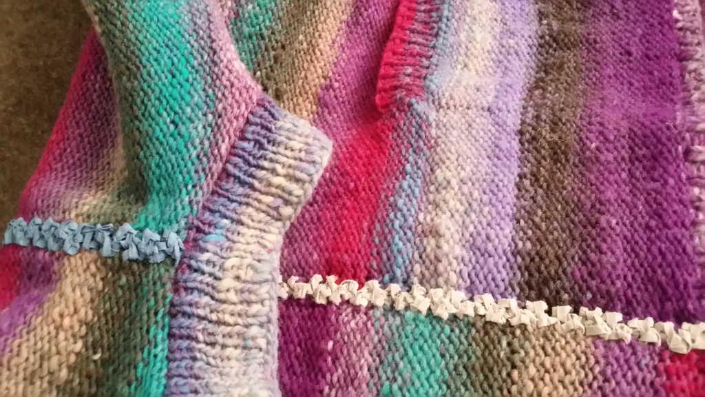 """Wie eine """"Wirbelsäule"""" sehen die gehäkelten Ziernähte aus Lana Grossa Alcanto im Columna-Pulli aus Noro Kureyon 349 aus. Foto: Katrin Walter – Noromaniac"""