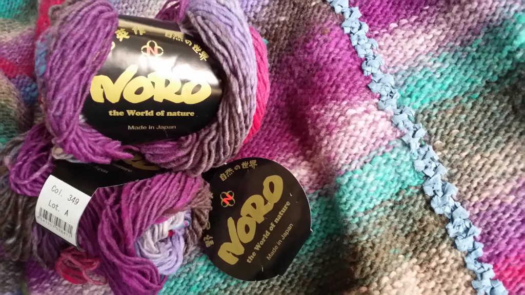 Die Wolle Noro Kureyon 349 im Knäuel und glatt links verstrickt. Foto: Katrin Walter – Noromaniac