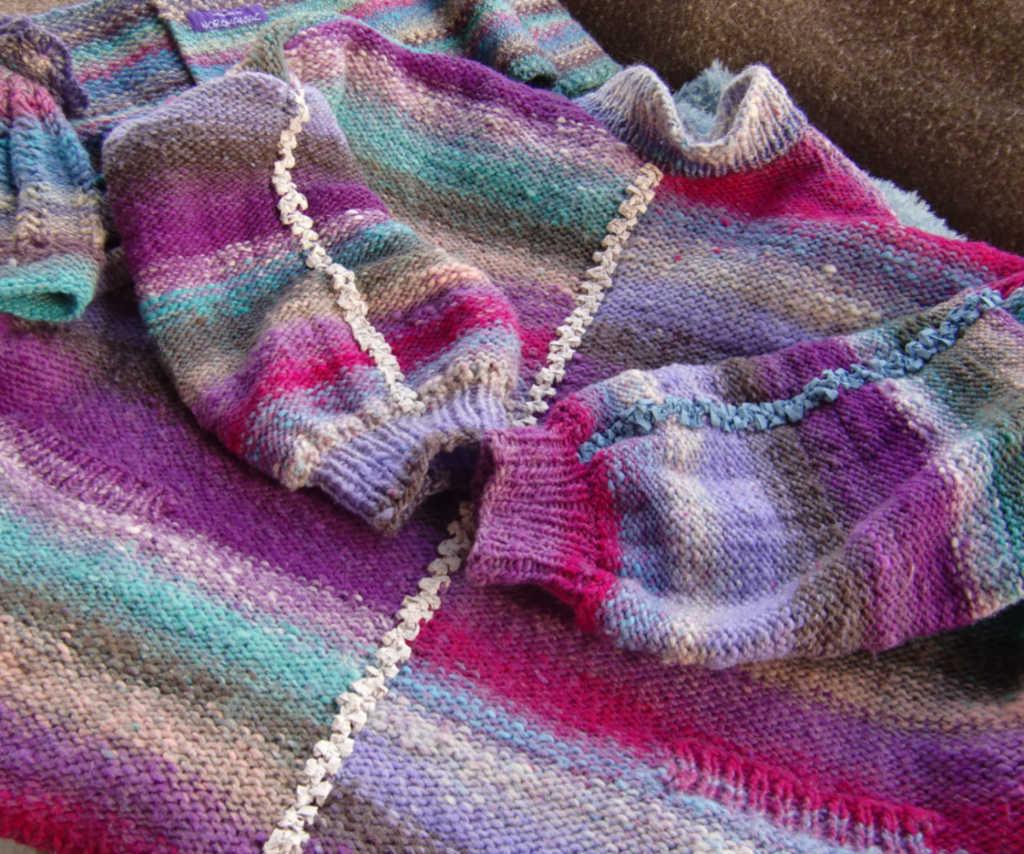 Der Pullover aus Wolle mit seinen Ziernähten aus Bändchengarn. Foto: Katrin Walter – Noromaniac
