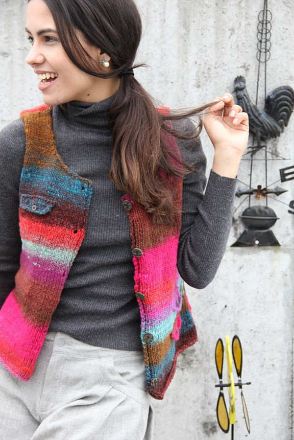 Gestrickte Weste mit Braun und knalligen Neontönen in Pink und Rot mit etwas Türkis, vorm geknöpft aus der Noro Kureyon Farbe #326 vom Noro Design Team - Noromaniac