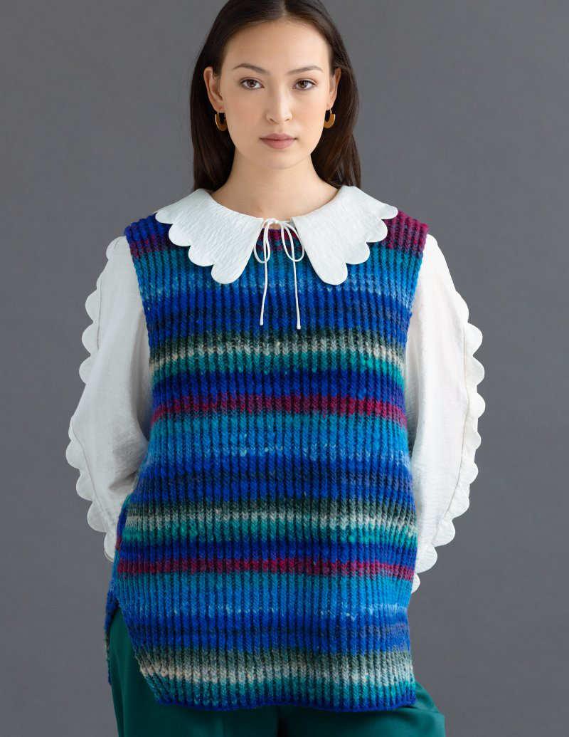 """Weste gestrickt im Rippenmuster aus der Noro Kureyon #447 in vielen Blau-Tönen. Die """"Amondine""""-Vest ist von Sandi Prosser - Noromaniac"""