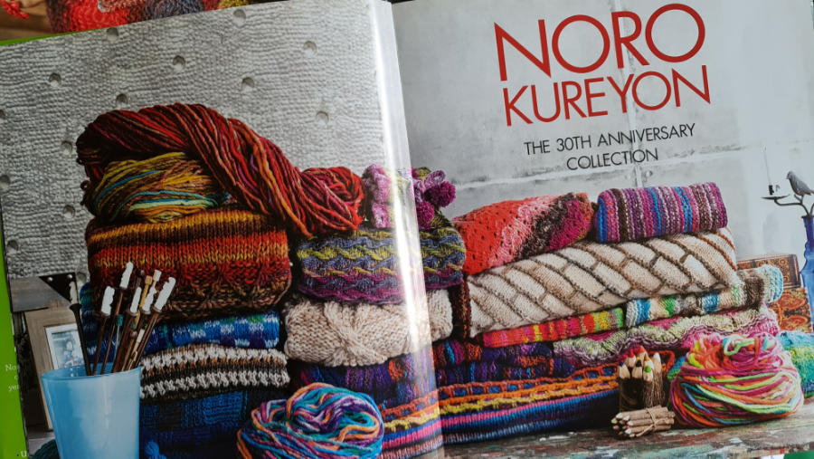 """Innenseite des Buches mit den vielen schönen gestrickten Teilen aus Wolle, die 30 Jahre die """"Bunstift""""-Wolle von Noro feiern - Noromaniac"""