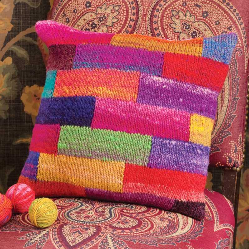 """Das """"Patchworl Pillow"""" von Carol J. Sulcoski macht richtig Laune. Gestrickt aus 4 Knäule Noro Kureyon in 4 Farben: #95, #102, #256 und #264. Sie sind als versetzte Rechtecke aufgeteilt und glatt rechts gestrickt - Noromaniac"""