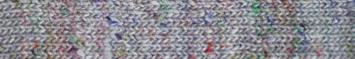 Die hellgraue, neutrale Garnfarbe #03 Yen mit bunten Farbsprenkeln bei Noromaniac
