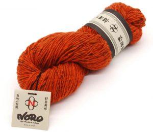 So sieht das Garn im Strang aus. Hier die Farbe #11 Koi, ein knalliges Orange.