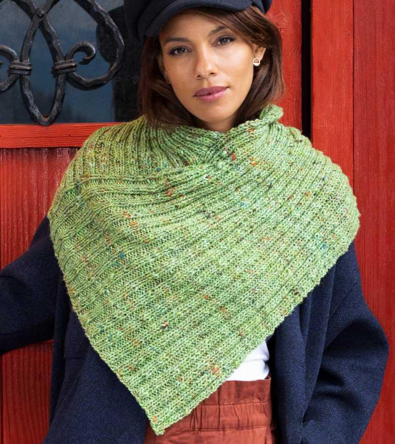 """Der Halswärmer """"Veronica Cowl"""" aus der Noro Madara Farbe #08 Hisui in Grün, ganz einfach gestrickt aus je 2 Maschen rechts und 2 Maschen links. Foto aus Noro Knitting Magazine 19"""