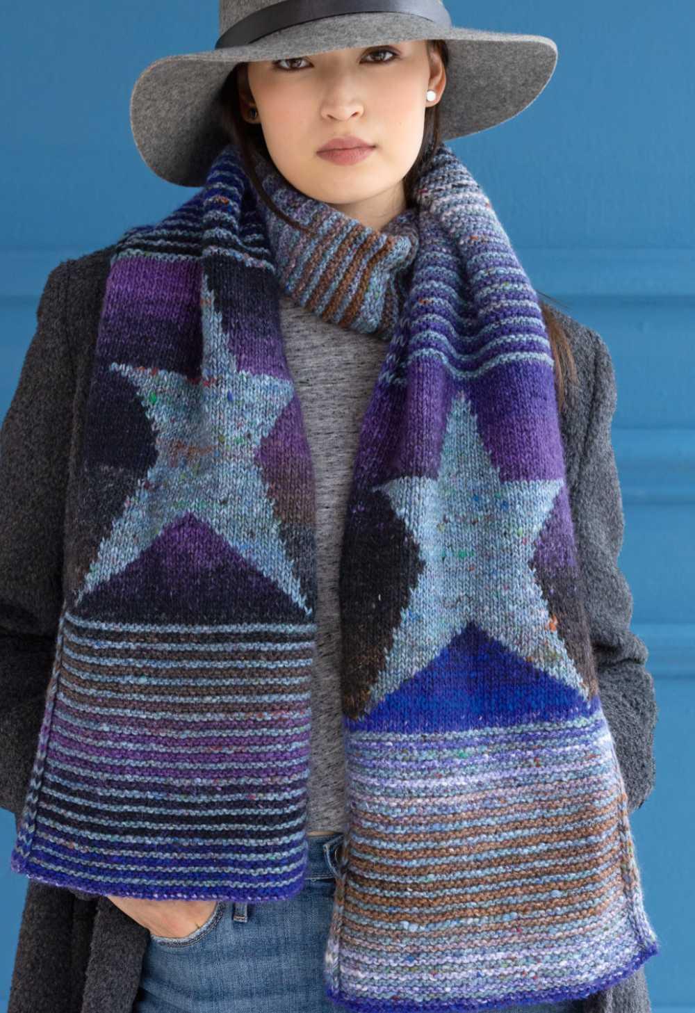 """Schal """"Starry Night"""" mit eingestrickten Sternen von Katherine Mehls aus Noro Madara #04 zusammen mit Noro Silk Garden #429. Foto aus Noro Knitting Magazine 19"""