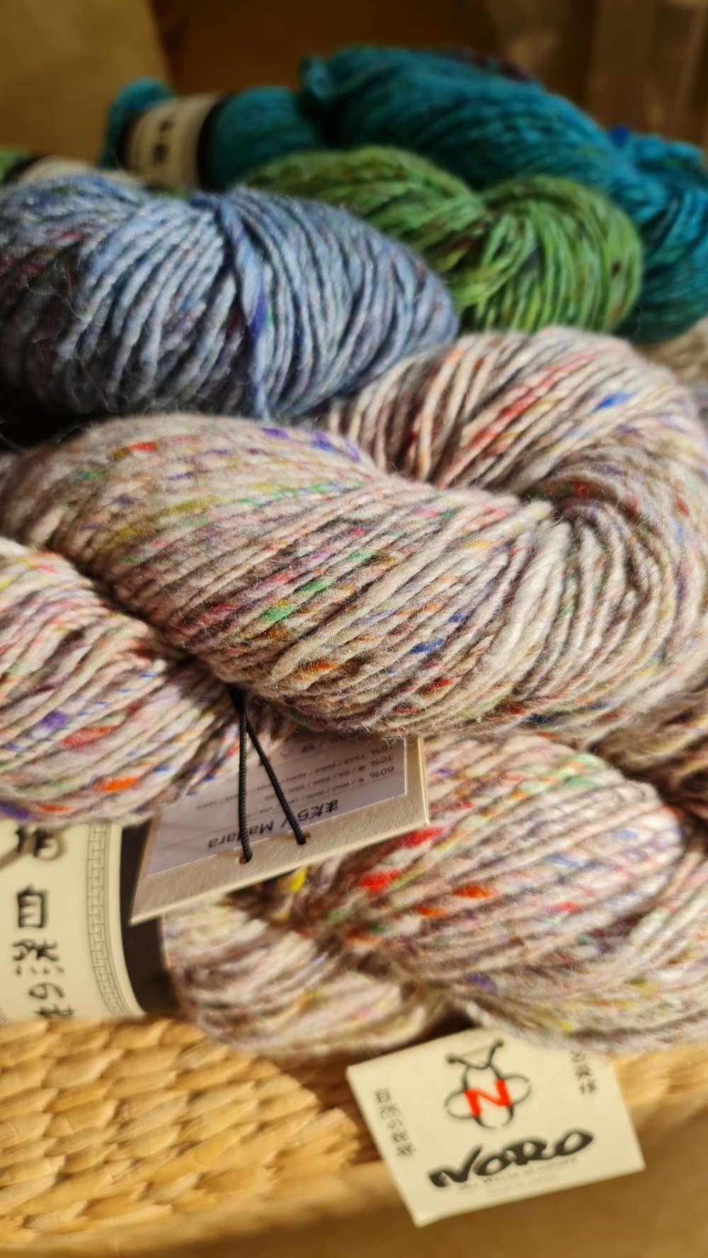 Die Noro Madara im Strang. Die Farben leuchten in der Sonne. Foto für die Garnrezension bei Noromaniac von Katrin Walter