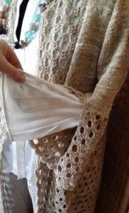 Der fertige Knit & Crochet Coat von Katrin Walter aus Noro Kumo #15 mit geschlitzten Ärmeln. Foto: Noromaniac