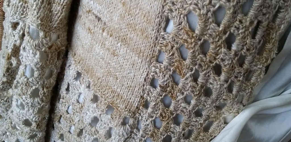 Detail aus dem Übergang vom gestrickten zum gehäkelten Part am Knit & Crochet Coat von Katrin Walter aus Noro Kumo #15. Foto: Noromaniac