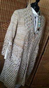 Der Mantel aus Noro Kumo #15 auf der Puppe mit creme-weißer Seidenbluse darunter. Foto: Katrin Walter – Noromaniac