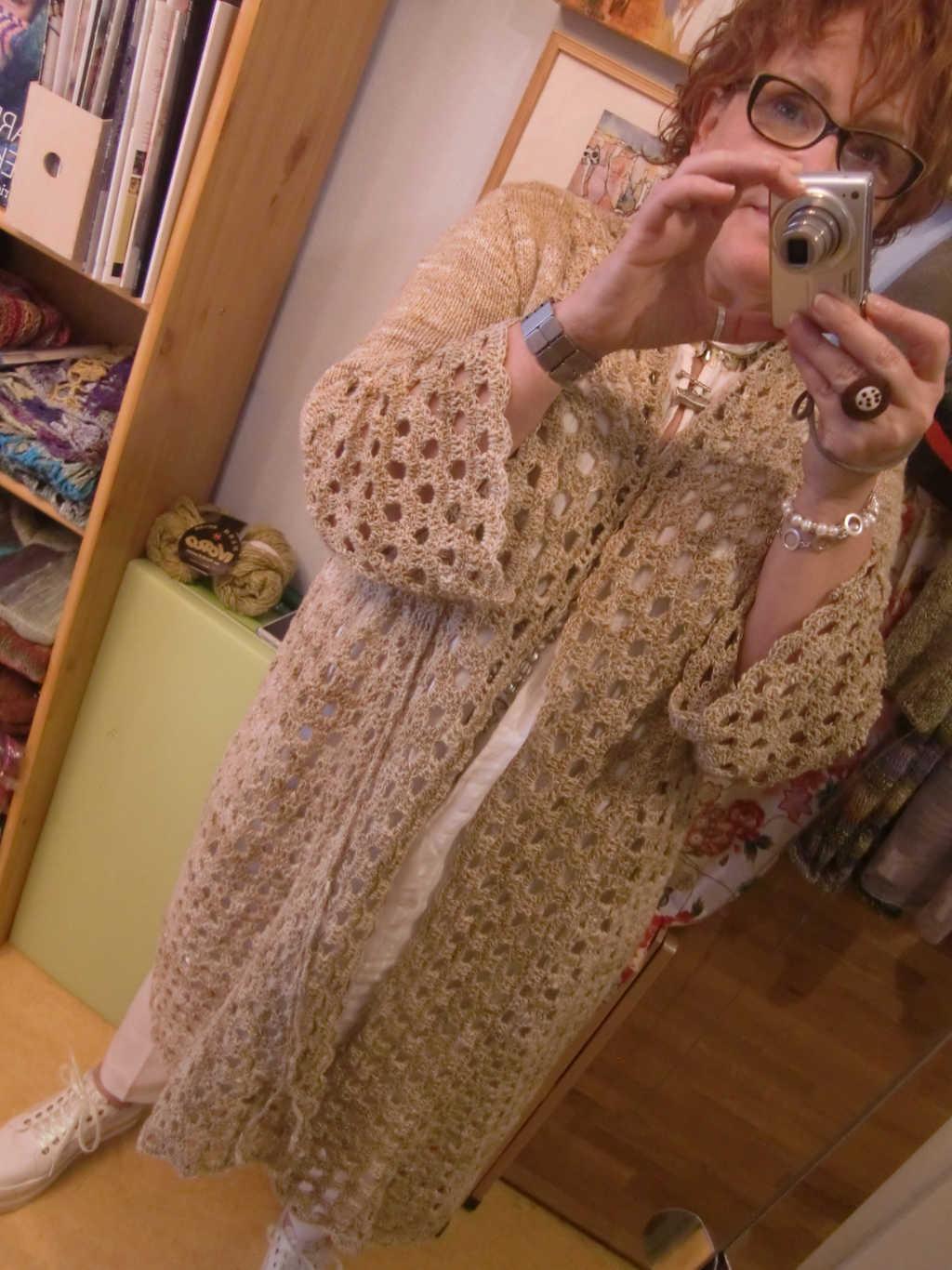 Anprobe des Knit & Crochet Coat by Katrin Walter aus Noro Kumo #15. Sitzt gut und kann nun nach New York zum fotografieren gesandt werden. Foto: Noromaniac