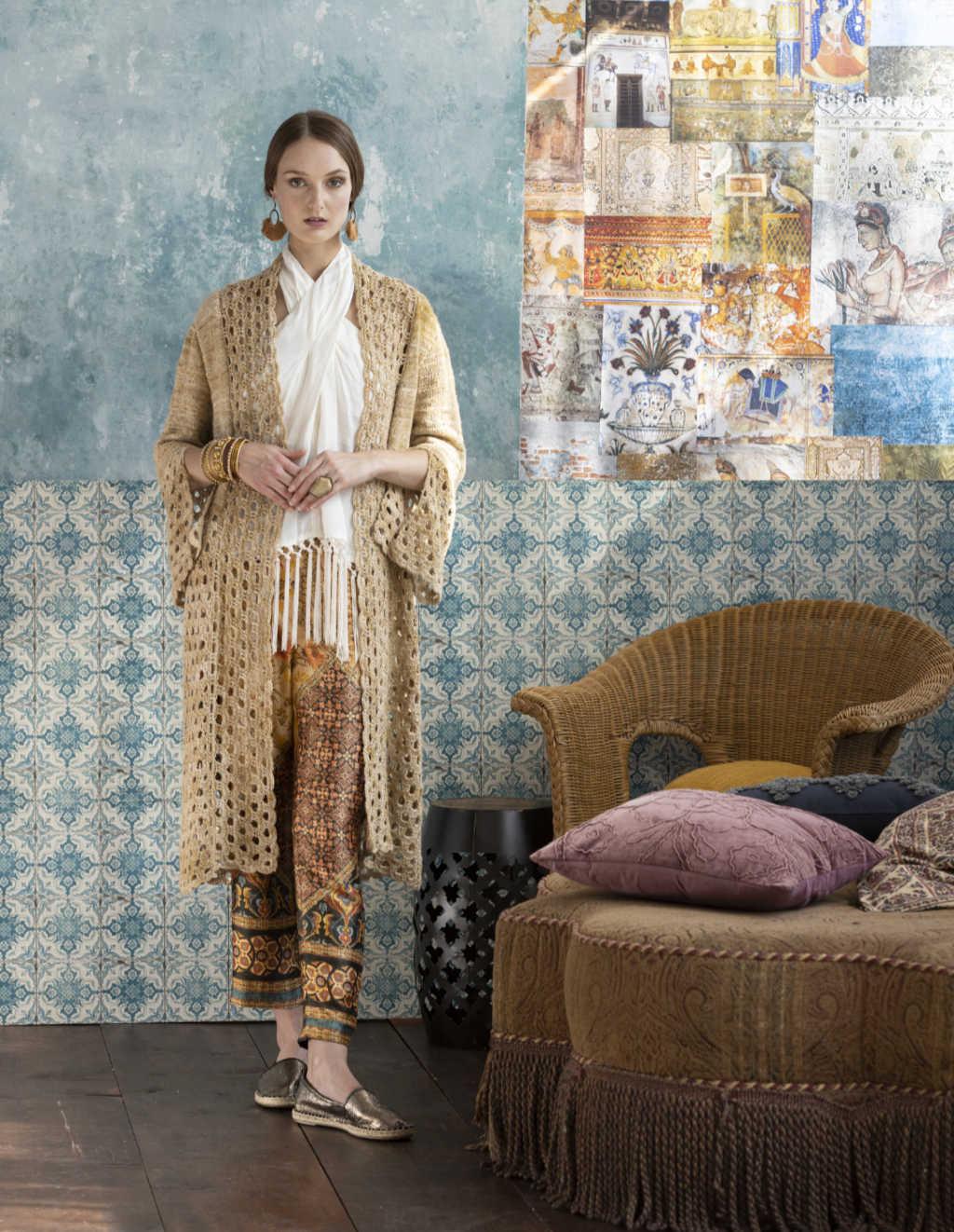 Staging mit dem Knit & Crochet Coat by Katrin Walter aus Noro Kumo #15. Man sieht gut die Ärmelschlitze. Foto: Noro Magazine 16