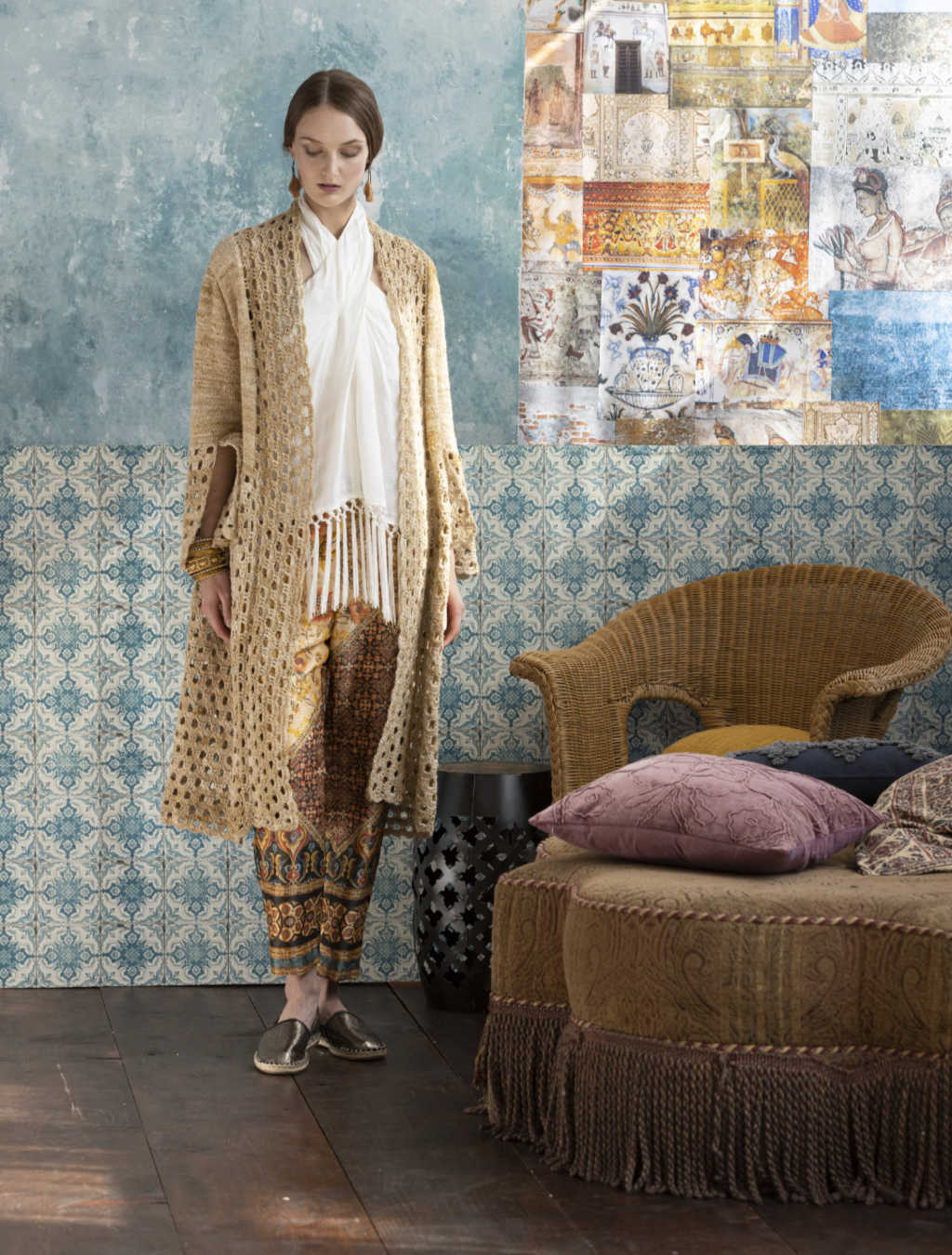 Beim Drehen mit dem Knit & Crochet Coat by Katrin Walter aus Noro Kumo #15 sieht man gut den weichen Fall des Mantels. Foto: Noro Magazine 16
