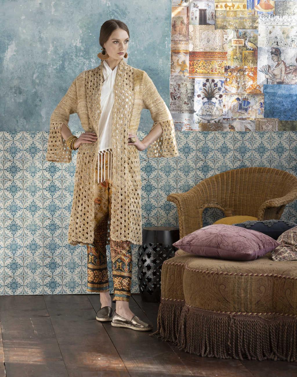 Selbstbewußtes Staging mit dem Knit & Crochet Coat by Katrin Walter aus Noro Kumo #15 durch das Model. Die ganze Schönheit des Designs wird gut gezeigt. Foto: Noro Magazine 16
