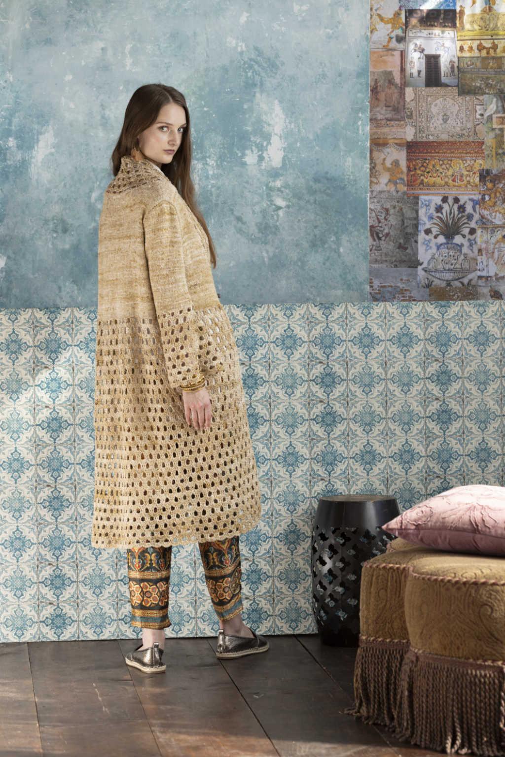 Seitlich-rückwärtige Ansicht des Knit & Crochet Coat by Katrin Walter aus Noro Kumo #15. Foto: Noro Magazine 16