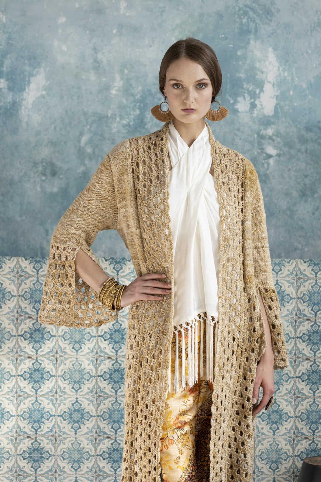 """""""Habenwollen"""" sagt der Blick des Profi-Models Rebecca Hanobik beim Tragen dieses Knit & Crochet Coat by Katrin Walter aus Noro Kumo #15. Foto: Noro Magazine 16"""