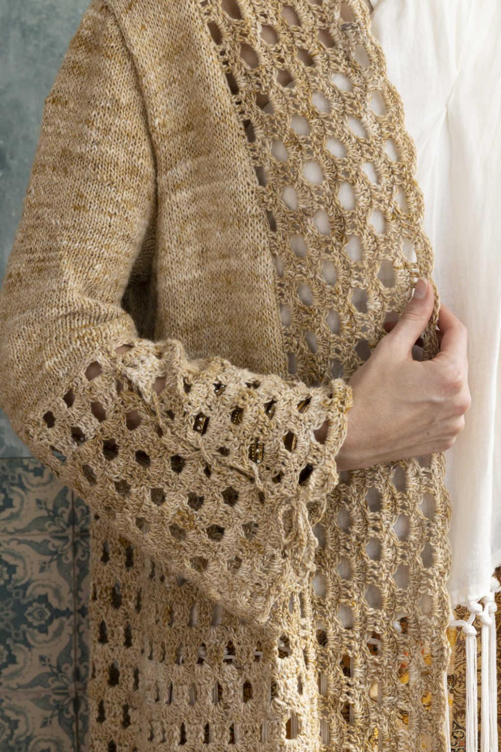 Besonderes Detail des Ärmelsdesign am Knit & Crochet Coat by Katrin Walter aus Noro Kumo #15, man kann den Schlitz mit einem Häkelband auch schließen. Foto: Noro Magazine 16