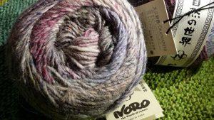 Noro Okunoshima Farbe #2 – Das neue Garn 2020 – 2 Knäule in sanften Farben. Toll ist die Fluffigkeit dieses Norogarns hier schon im Bild zu erkennen. Foto: Katrin Walter – Noromaniac