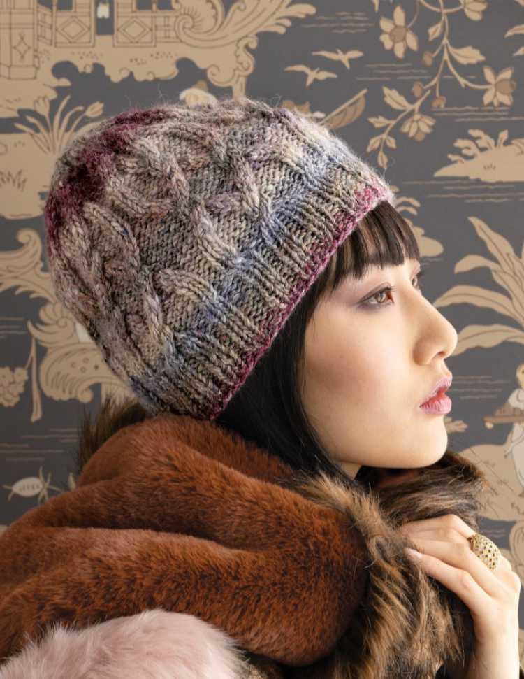 Mütze mit Zöpfen aus Norogarn mit Seide, Wolle, Angora und Mohair. Foto: SOHO / Knittingfever – Garn-Rezension Noromaniac