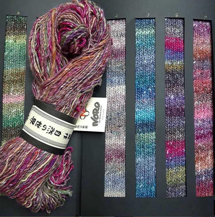 Einige Farbrapport der Noro Okunoshima und ein Strang. Man sieht die herrlich leuchtenden Farben, die durch den Angora- und Mohair-Anteil etwas abgemildert werden. Foto: Maren Sgries für Noromaniac