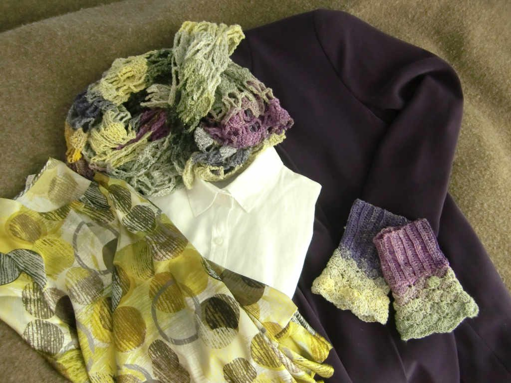 Noro Taiyo Sock 30 Cape/Schal und Pulswärmer kombiniert mit lila Jacke, weißer oder bunter Seidenbluse. Foto: Katrin Walter – simplywalter.biz/Noromaniac