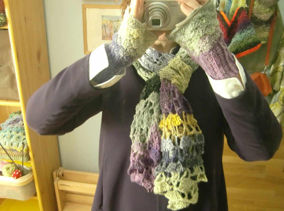 Noromaniac mit Noro Taiyo Sock 30 Cape/Schal und Pulswärmern mit lila Jacke und weißer Bluse. Foto: Katrin Walter – simplywalter.biz/Noromaniac