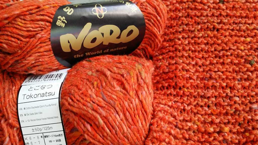 Das Garn Noro Tokonatsu in der Farbe Orange im Knäuel und kraus rechts gestrickt. Foto: Katrin Walter - Noromaniac