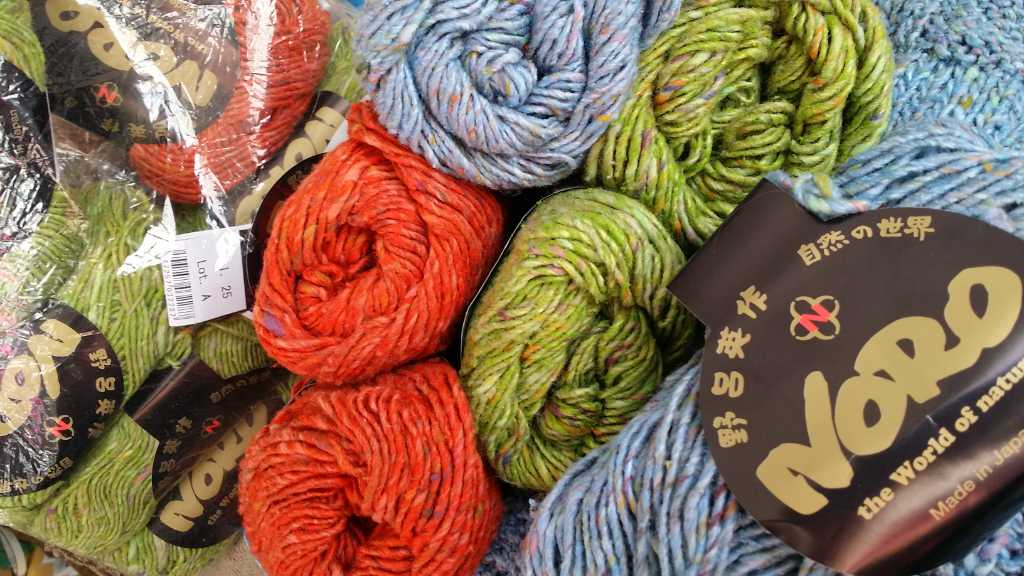 Der Stash von Noromaniac: Noro Tokonatsu in drei wundervollen Farben: Hellblau, Frühlingsgrün und Orange. Foto: Katrin Walter