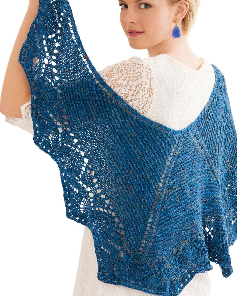 """Gestricktes Tuch """"Lace-Shawl"""" von Brenda Castiel aus der Noro Tokonatsu in Farbe 6 Mittelblau. Foto: Noro Magazine - Noromaniac"""