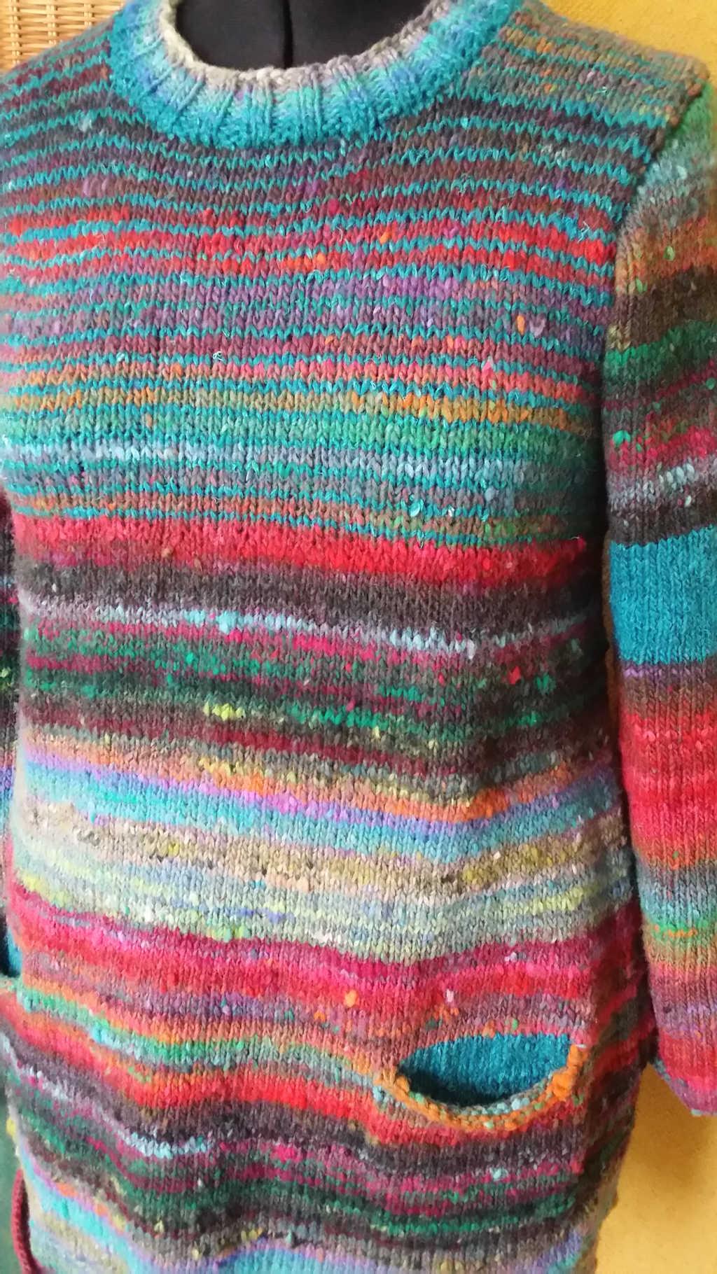 Nahaufnahme des Pullovers aus dem Norogarn Noro Ito 3 von Noromaniac mit den Details aus Noro Silk Garden Solo 11. Foto: Katrin Walter