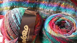 2 Knäuele Noro Ito 3 und der Pullover daraus angestrickt von Noromaniac. Foto: Katrin Walter