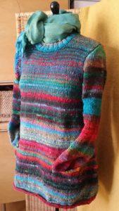 Pullover aus Noro Ito 3 von Noromaniac mit türkisfarbenem Tuch. Foto: Katrin Walter