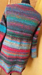 Rückansicht des Pullovers aus dem Norogarn Noro Ito 3 von Noromaniac. Foto: Katrin Walter