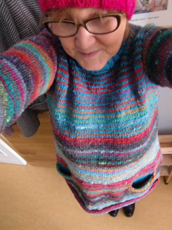 Noromaniac mit ihrem Pullover aus Noro Ito 3 von Noromaniac. Foto: Katrin Walter