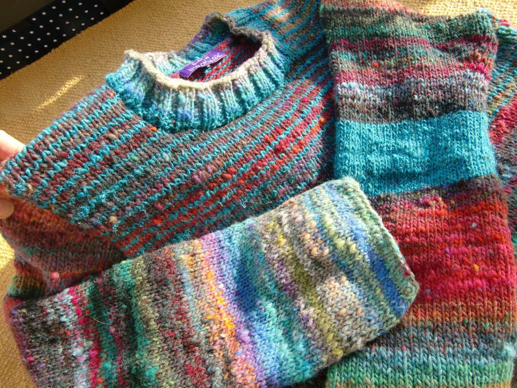 Die beiden unterschiedlichen Ärmel machen den Pullover aus Noro Ito 3 noch interessanter. Foto: Katrin Walter, Noromaniac