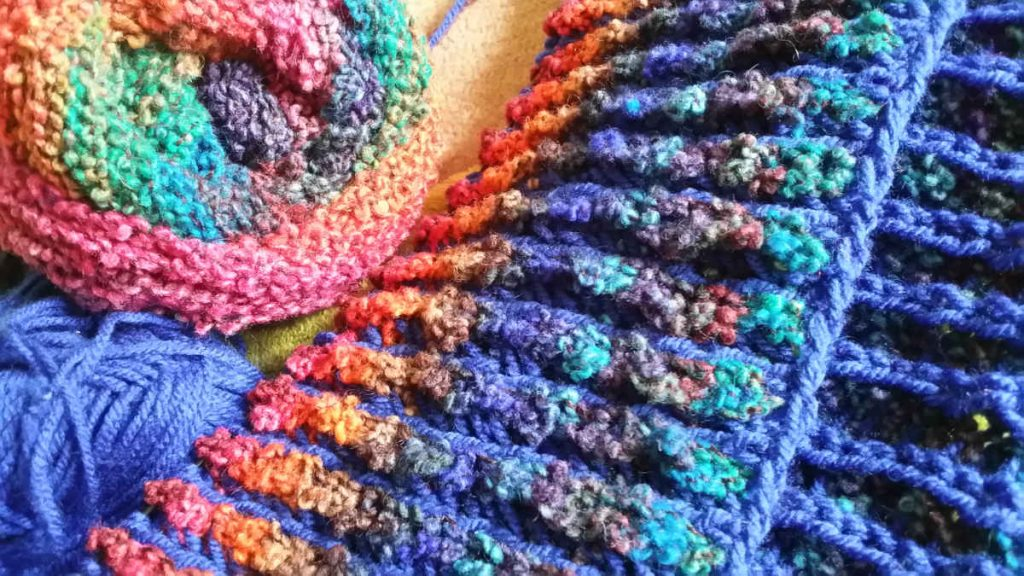 Nahaufnahme der beiden schönen Seiten vom Brioche-Muster-Stricken mit der leuchtenden Noro Kanzashi 08. Foto: Katrin Walter - Noromaniac