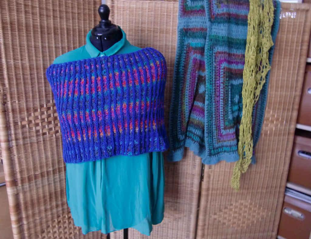 Schulterwärmer im Brioche Muster mit Noro Kanzashi 08 auf grüner Bluse von Noromaniac Foto: Katrin Walter