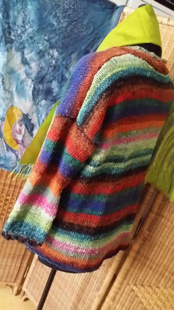 Der Hyazinth Sweater aus Noro Aya #28 von www,simplywalter.biz/Noromaniac von hinten.– Foto: Katrin Walter