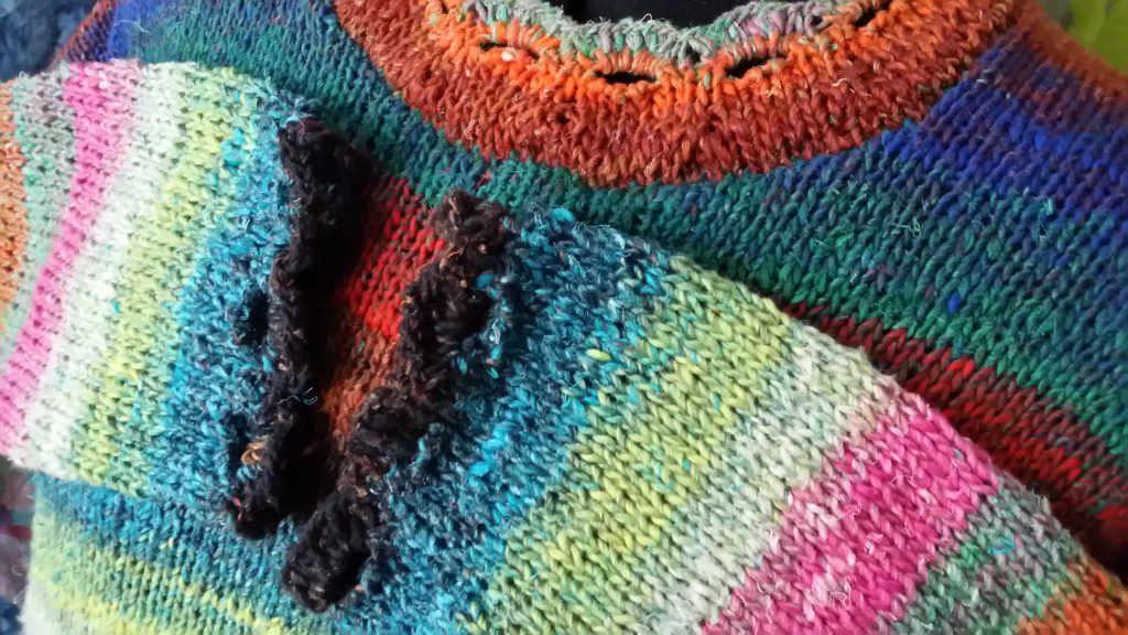Hals- und Armabschluss beim Hyazinth Sweater aus Noro Aya #28 von www,simplywalter.biz/Noromaniac – Foto: Katrin Walter