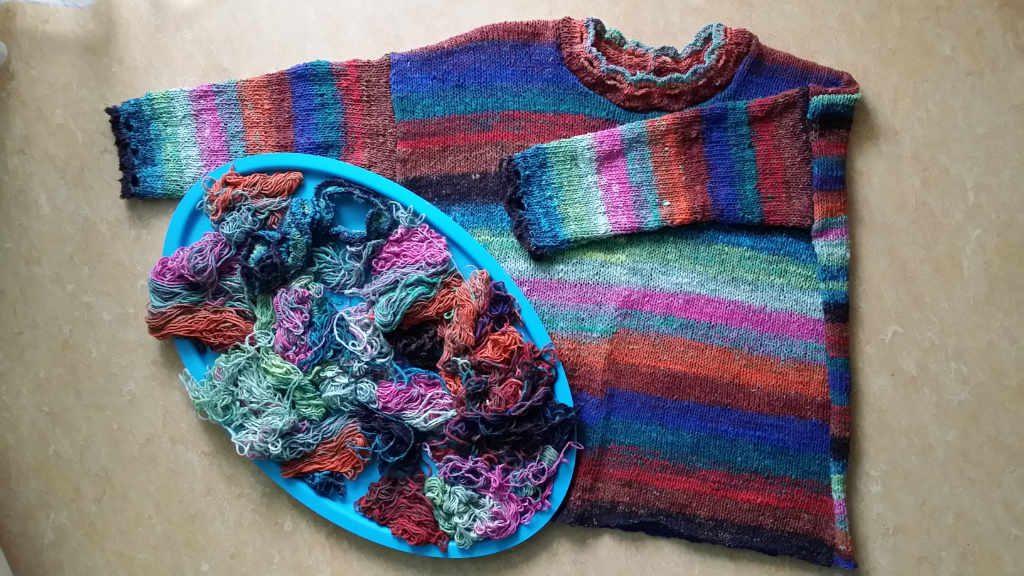 Der Sweater aus Noro Aya #28 von www,simplywalter.biz/Noromaniac und die Garnreste – Foto: Katrin Walter