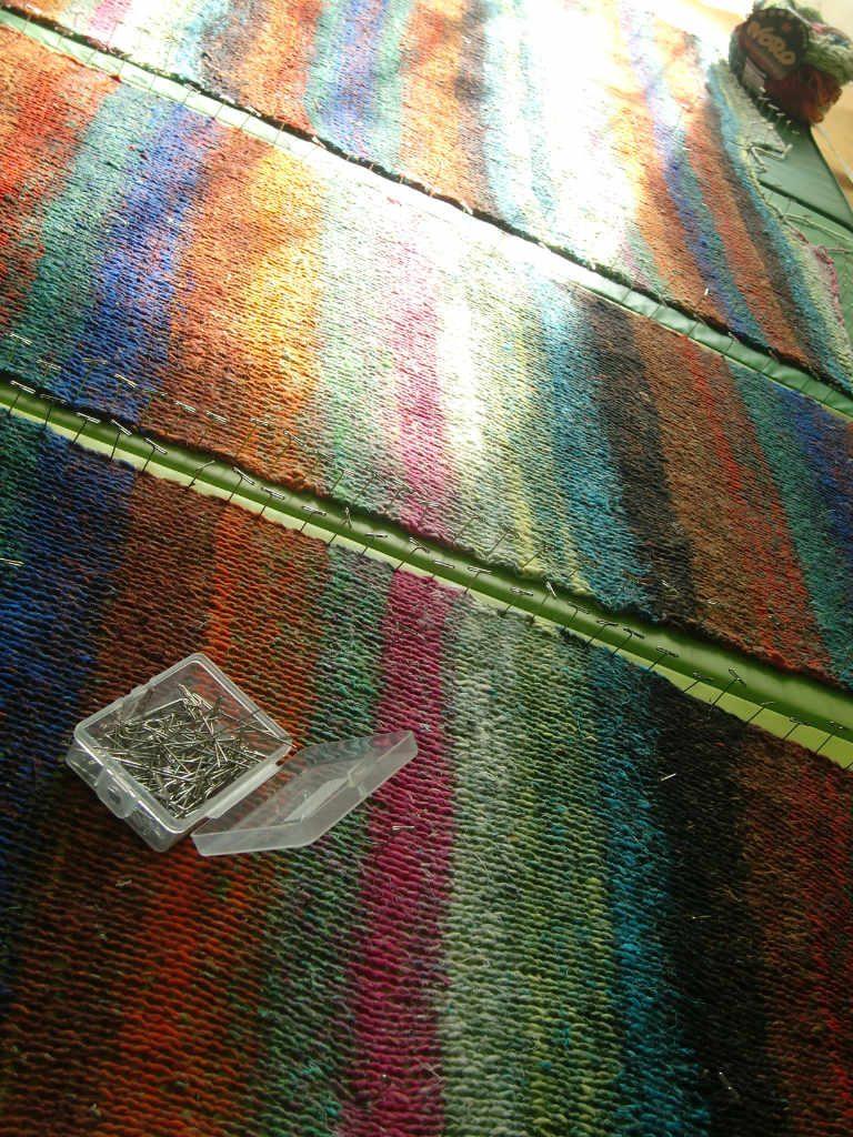 Spannen der Teile für den Hyazinth Pulli aus Noro Aya #28 von www,simplywalter.biz/Noromaniac – Foto: Katrin Walter