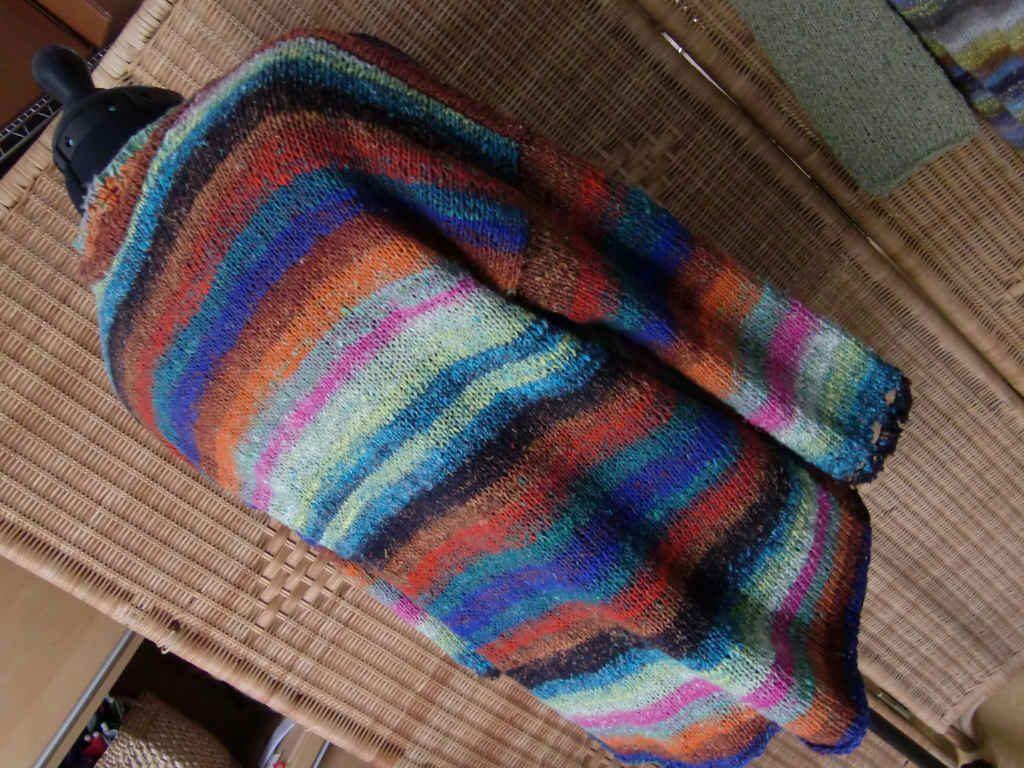 Hinten Noro Aya #28 Hyazinth Sweater von www,simplywalter.biz/Noromaniac – Foto: Katrin Walter